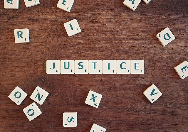 Le mot Justice est écrit en lettres de scrabble-parents31.fr