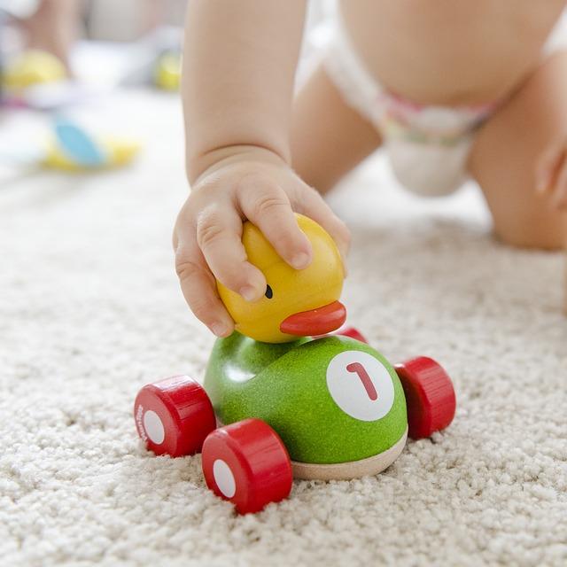 jouet pour enfant tenu par une main de bébé-parents31.fr